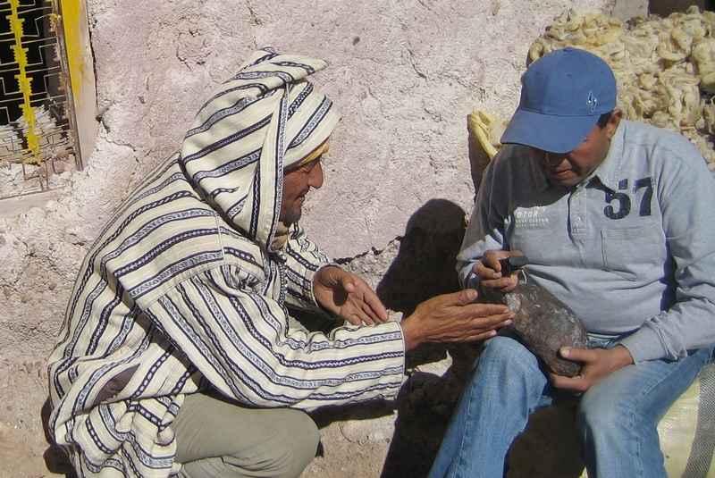 Dr. Ibhi examine la météorite d'Imilchil (1)