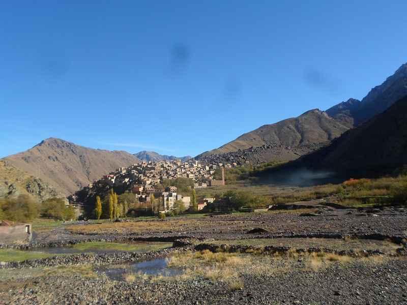 """نهر غغاية بمنطقة إمليل  ويبدو دوار """" أرمد """" بكثافته السكانية على ضفاق النهر"""