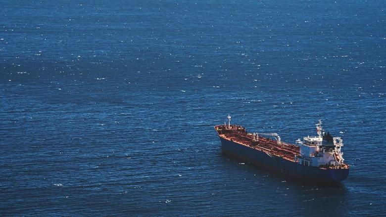 سفينة شحن فارغة تبحر وحدها في البحر. © sergeisimonov/Shutterstock